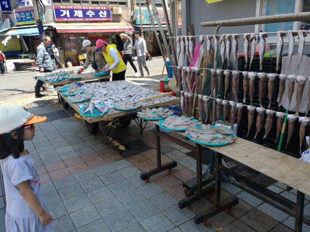 girl staring at the fish, fish market